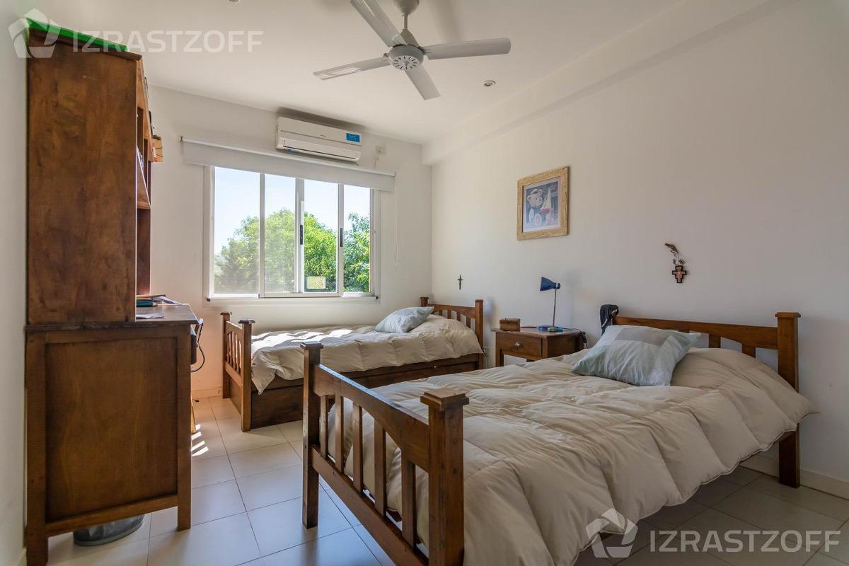 muy buena casa con cuatro suites en el encuentro!