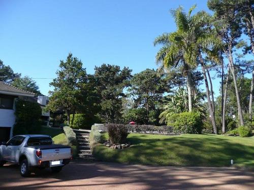 muy buena casa de más de 400 m2 sobre lote de 7100 m2,  frente a 3 calles consulte!!
