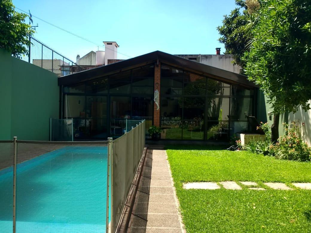 muy buena casa, luminosa sobre lote propio de 8.66x34.64 mts- flores