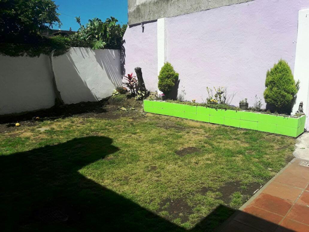 muy buena casa sobre lote propio. 4 ambientes.  garage. patio y jardin.
