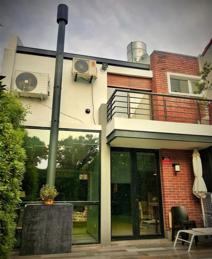 muy linda y moderna, 4 ambientes, cochera, jardín.