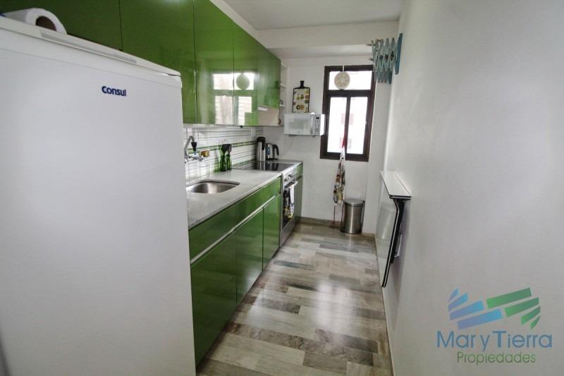 muy  lindo apartamento ubicado sobre playa brava, cuarto piso,  con ambientes amplios.-ref:1177