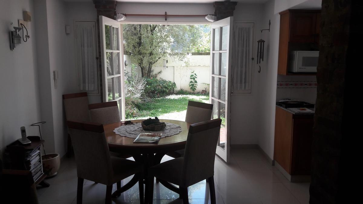 muy lindo chalet en dos plantas, 4 dormitorios, garaje, jardin.