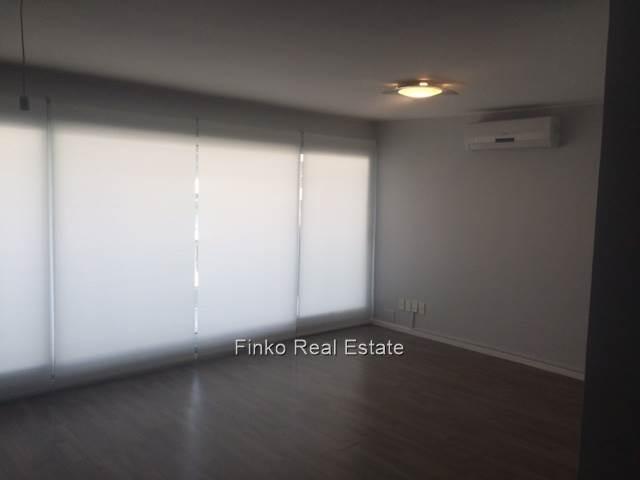 muy moderno apartamento con amplios ventanales
