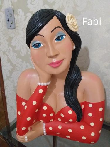 namoradeira de gesso com janela de madeira