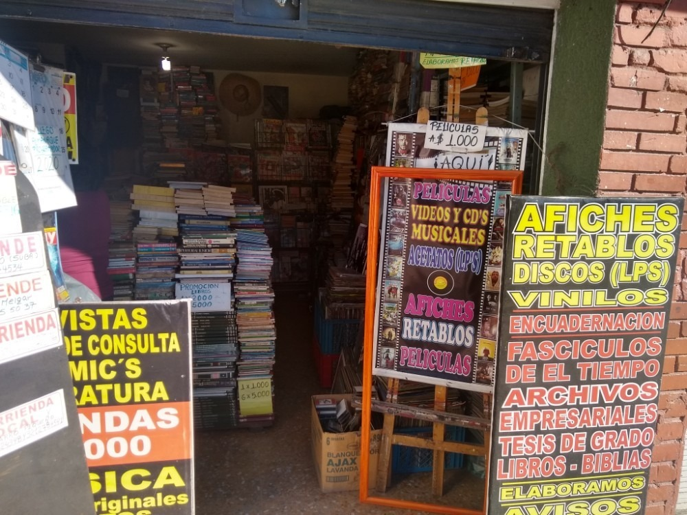 negocio de libros, revistas y afiches