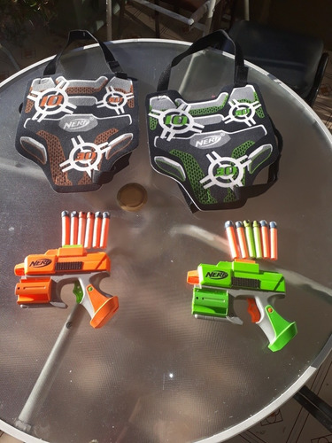 nerf. 2 pistolas con dardos de velcro.