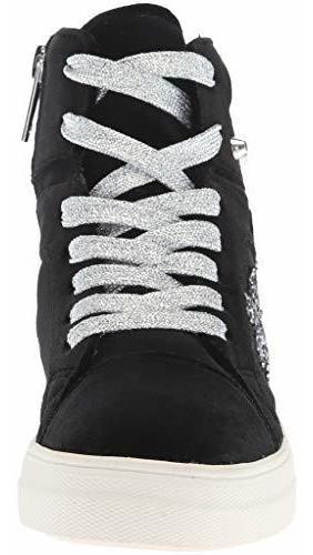nina ima zapatillas para niños