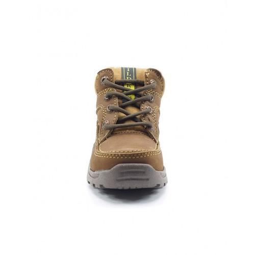 niño marca bota