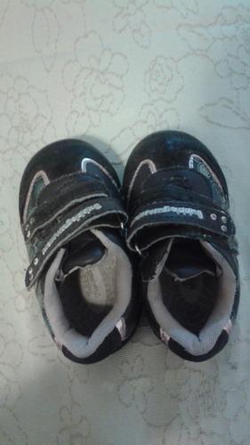 niño marca zapatilla