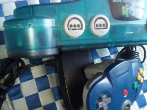 nintendo 64 ice blue con un control