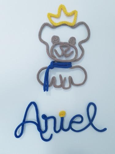 nome  em tricotin arial +urso - porta maternidade