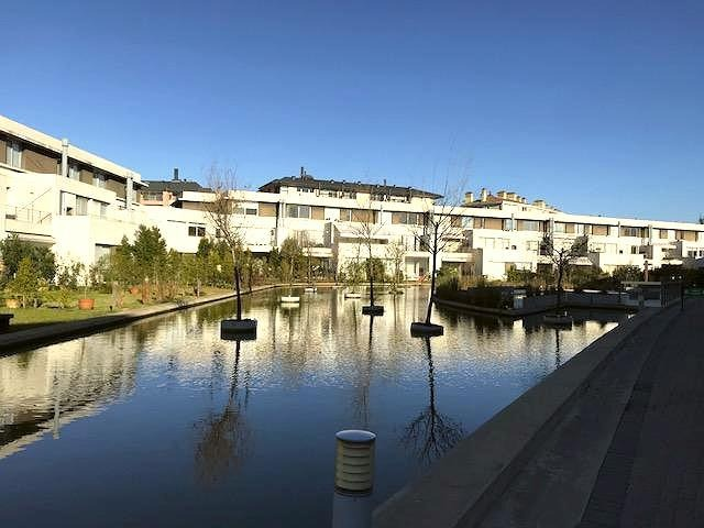 nordelta alquiler duplex pb 4 ambientes, jardín. complejo el reflejo. piscina y solarium.