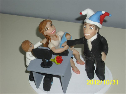 novios con hijos para torta de bodas estilo caricatura