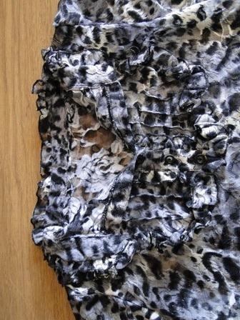 nueva! blusa en negro, gris, y crema, con botones en cuello
