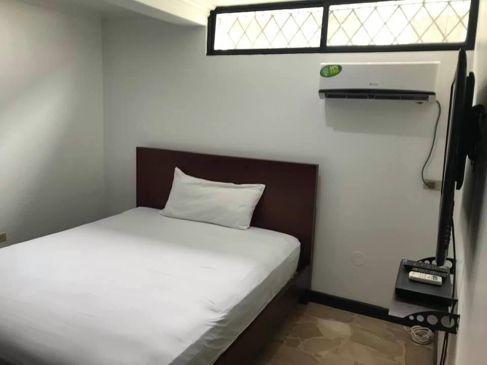 nueva kennedy - alquilo departamento completo o por cuartos