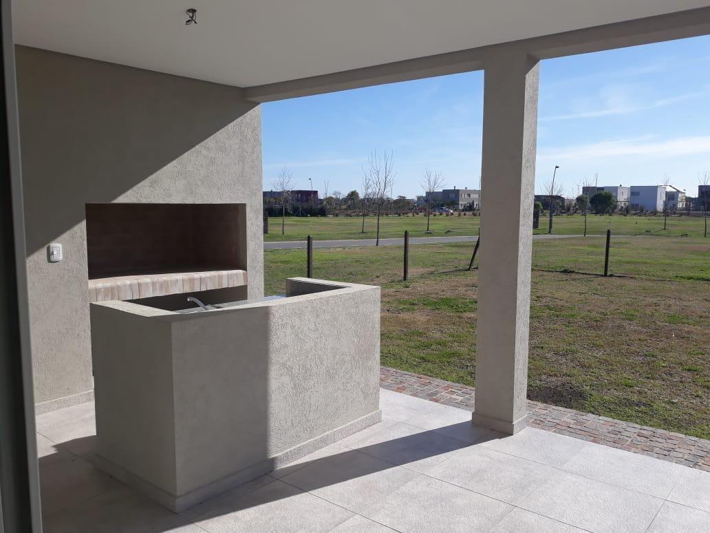 nuevo precio! hermosa casa estilo racionalista a estrenar. barrio araucarias. puertos del lago