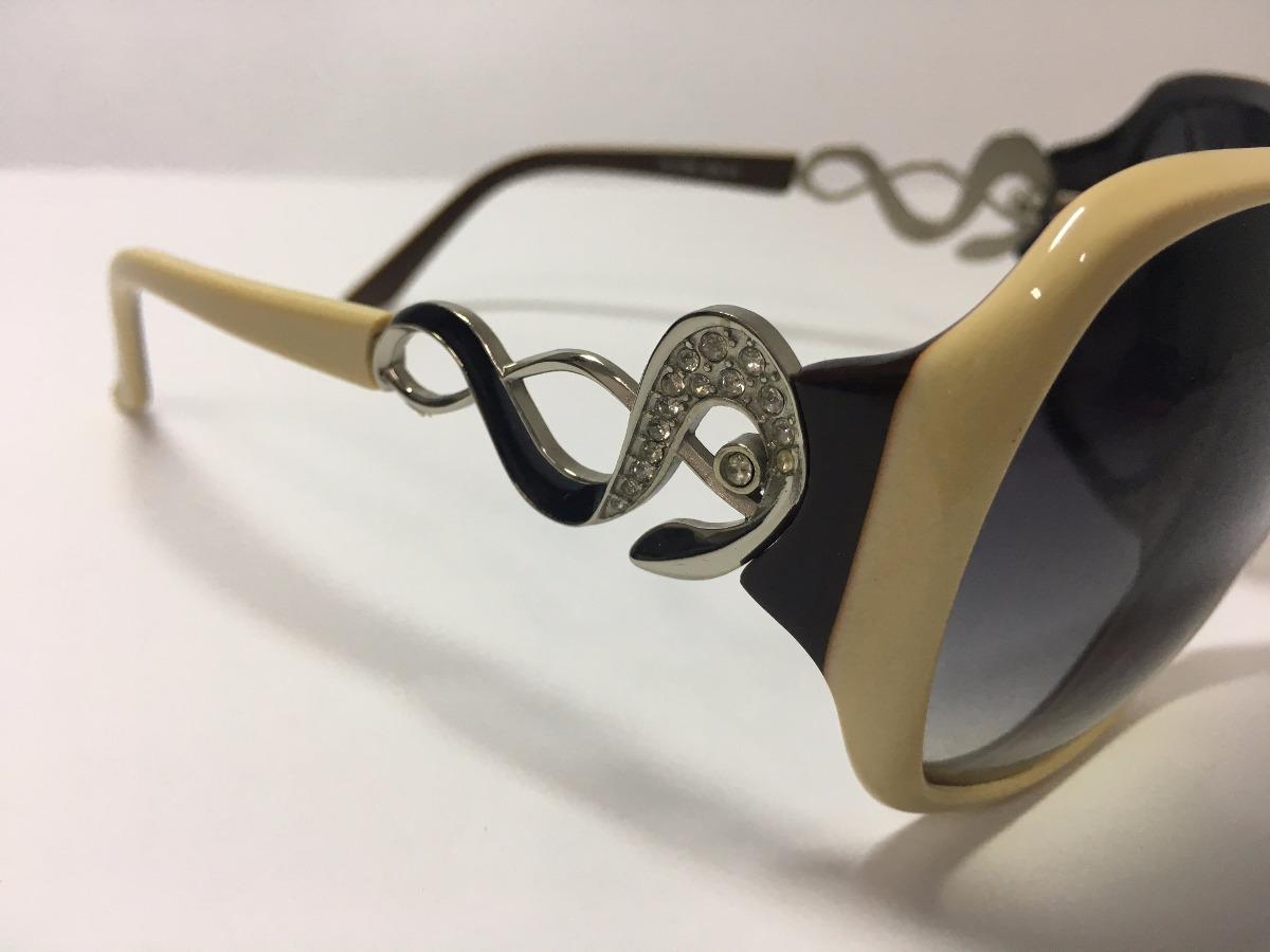 9504e4b0d óculos de sol feminino bege e detalhes laterais - via lorran. Carregando  zoom.