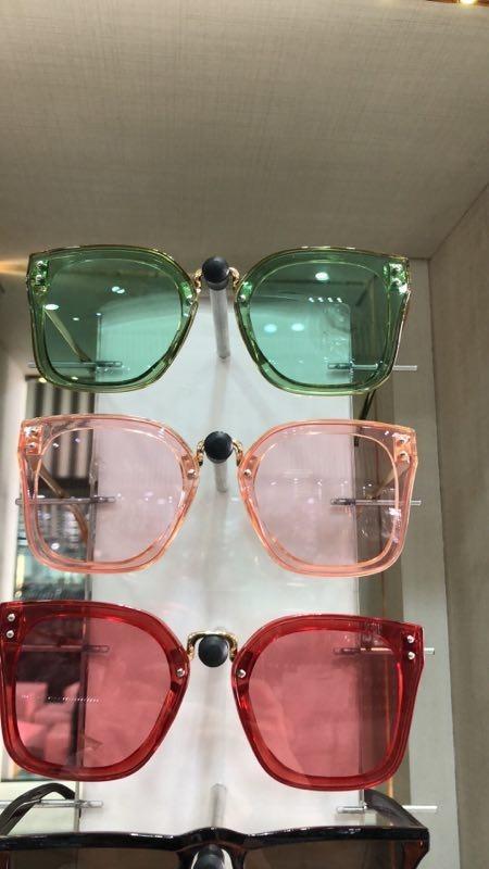 óculos de sol feminino modelo a escolher várias cores uv 400. Carregando  zoom. 4cd768f85e