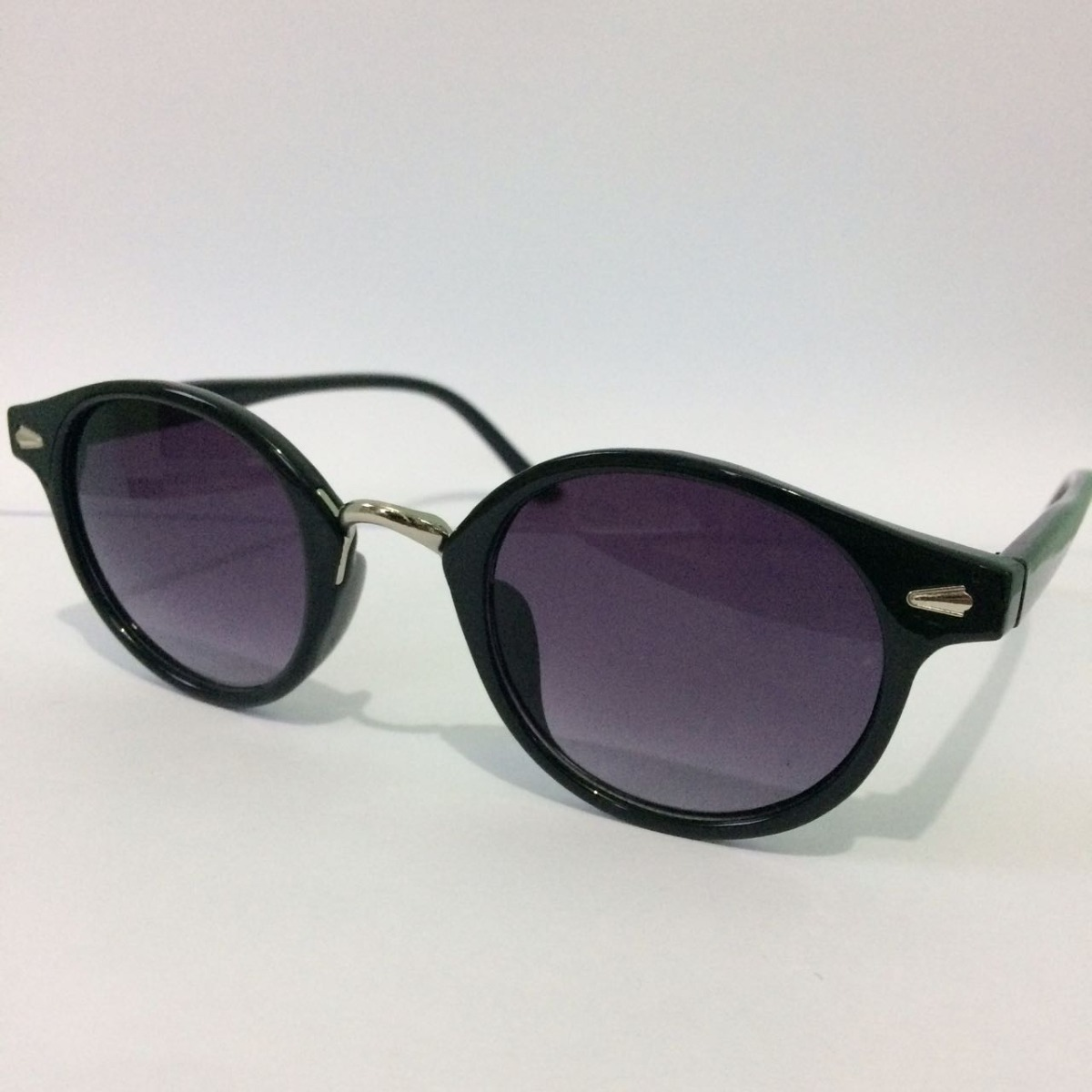 Óculos De Sol Feminino Redondo Com Lente Roxa Vintage - R  20,00 em ... b1db2b285d