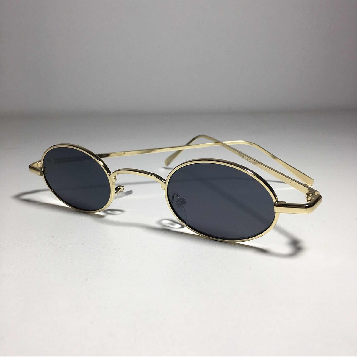 e98dd3659b4e1 Óculos Oval De Sol Preto Dourado Retro Vintage Anos 90 - R  60