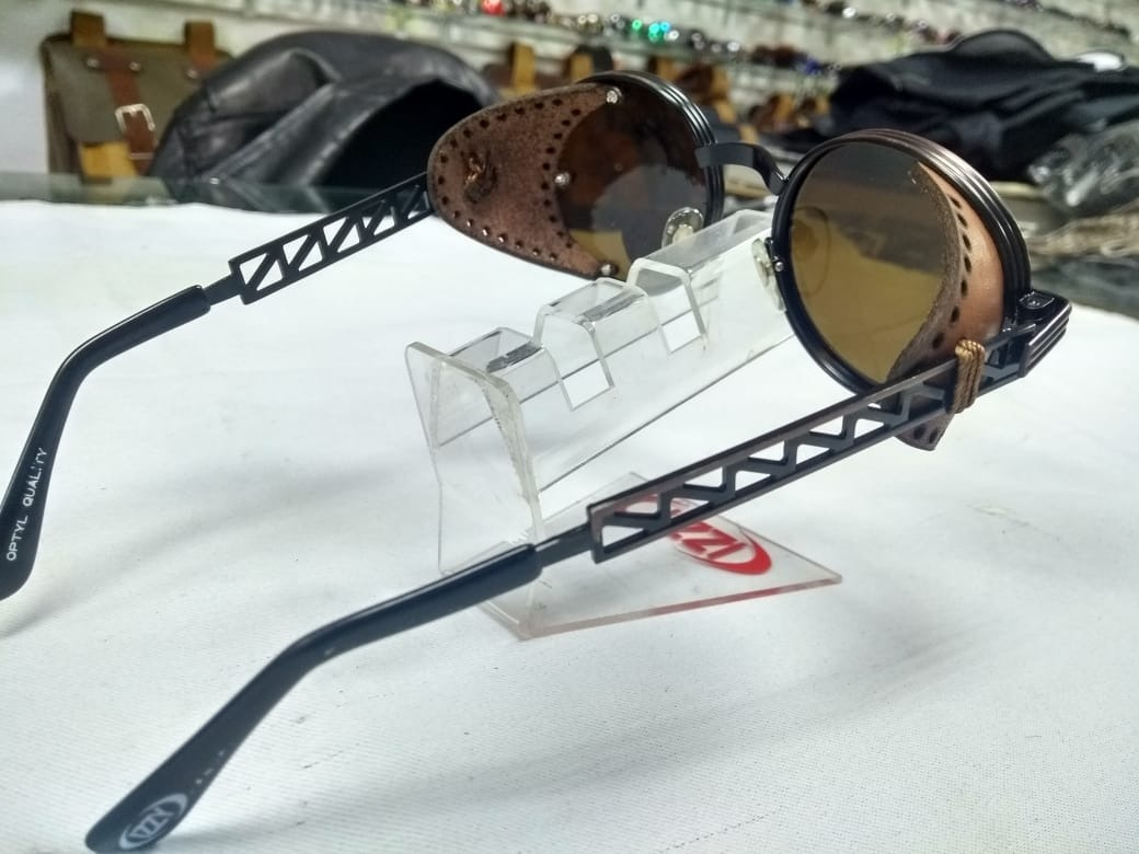 87610beca Óculos Retrô Redondo Com Proteção Lateral De Couro - R$ 299,00 em ...