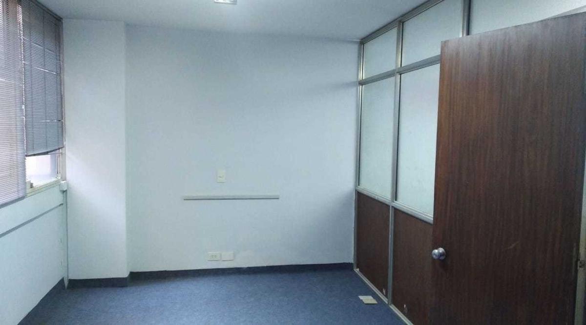 oficina 41 m2, con iluminacion lateral y ventana a pulmon.