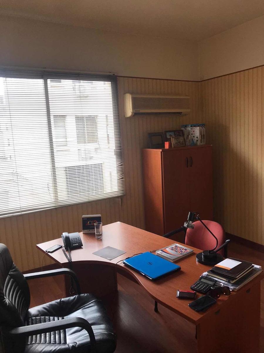 oficina ciudad vieja 70 m2 - 3 baños  a nuevo