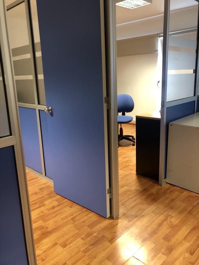 oficina con 3 despachos y patio en balvanera contrafrente