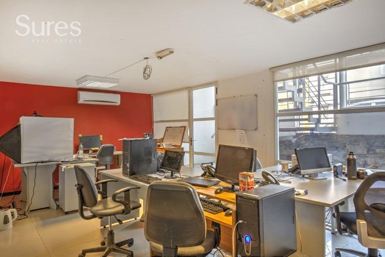 oficina con amplio deposito en excelente estado