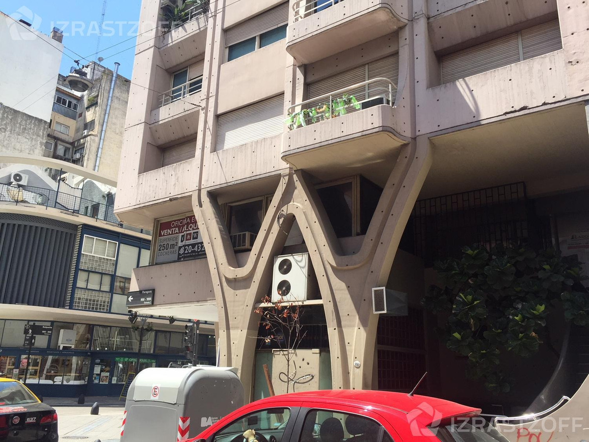 oficina de 250 m2. incluye dos cocheras. el alquiler incluye expensas abl y aysa.