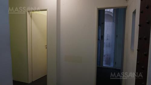 oficina de 53 m2  en edificio histórico al frente.