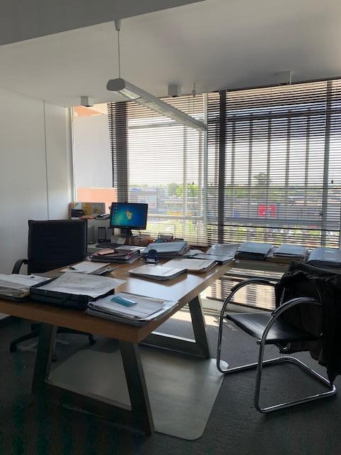 oficina de 65mt2 cubiertos con balcón y cochera. frente al centro comercial nordelta