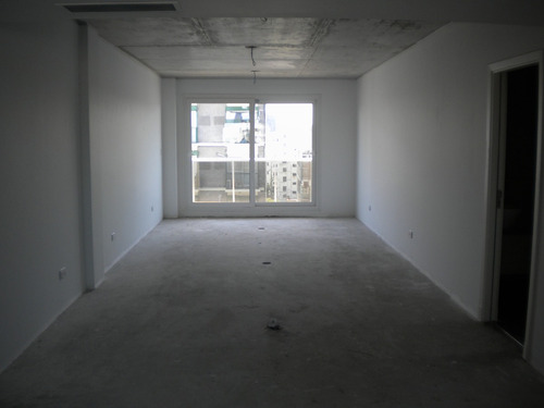 oficina de 74 m2 frente. piso alto. incluye 2 cocheras fijas
