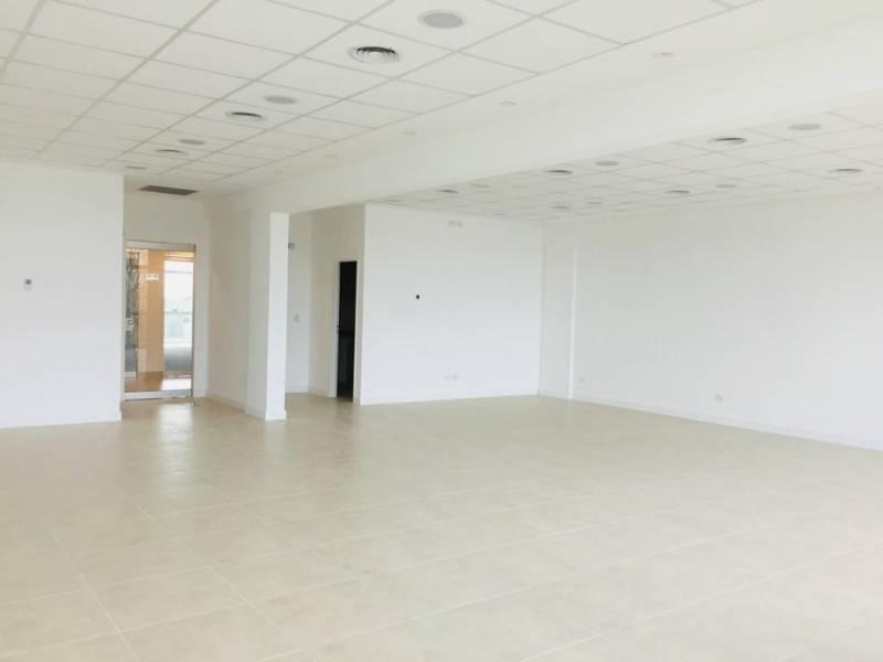 oficina en alquiler en complejo skyglass, pilar