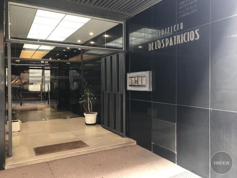 oficina en ciudad vieja - buen edificio   de los patricios