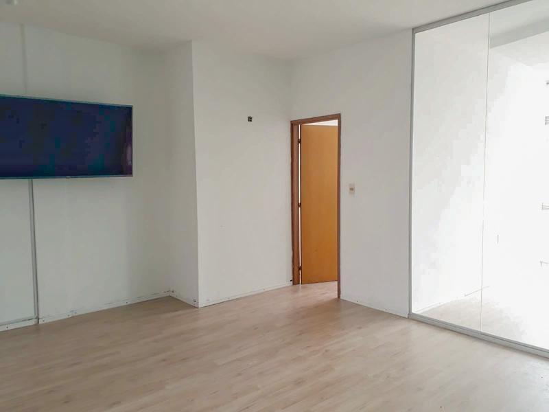 oficina en el centro de 4 ambientes y baño.