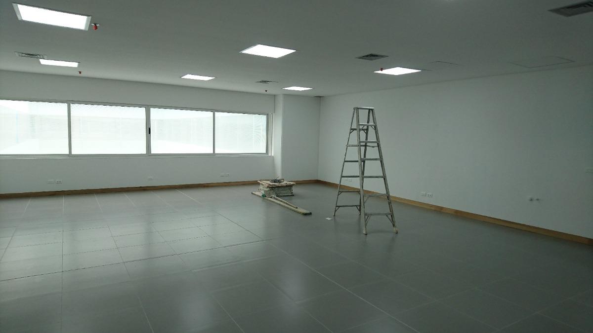 oficina en manila. espacio amplio e iluminado para estrenar