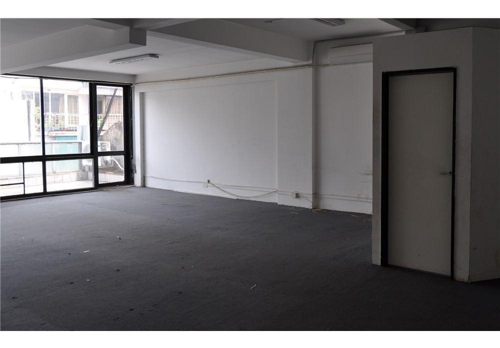 oficina en once luminosa al frente tucuman 2100 8*