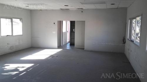 oficina en planta alta, gran iluminación, excelente ubicación.