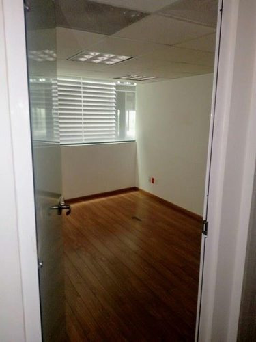 oficina en santa fe con área de trabajo grande, 6 despachos independientes