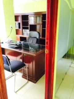 oficina excelente ubicación. 3 privados y área de trabajo