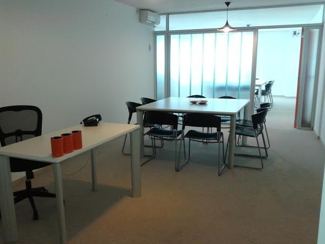 oficina impecable,    con sala de reuniones