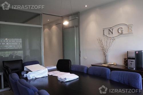 oficina luminosa y reciclada en el centro