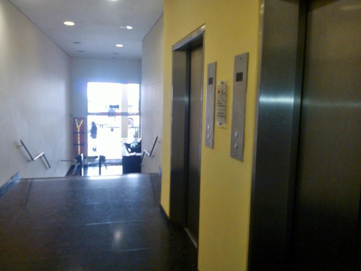 oficina, vendo rentando 2.300.000. contrato 3 años renovable