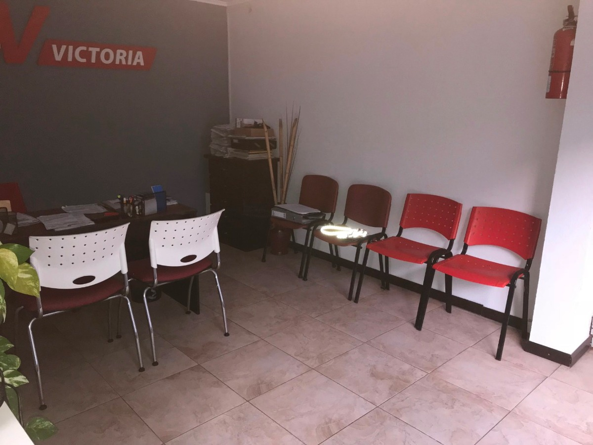 oficinas con galpon al fondo s/lote 10 x 30 mts !!!