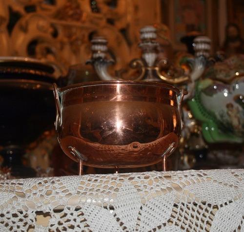 olla antigua de cobre con asa.