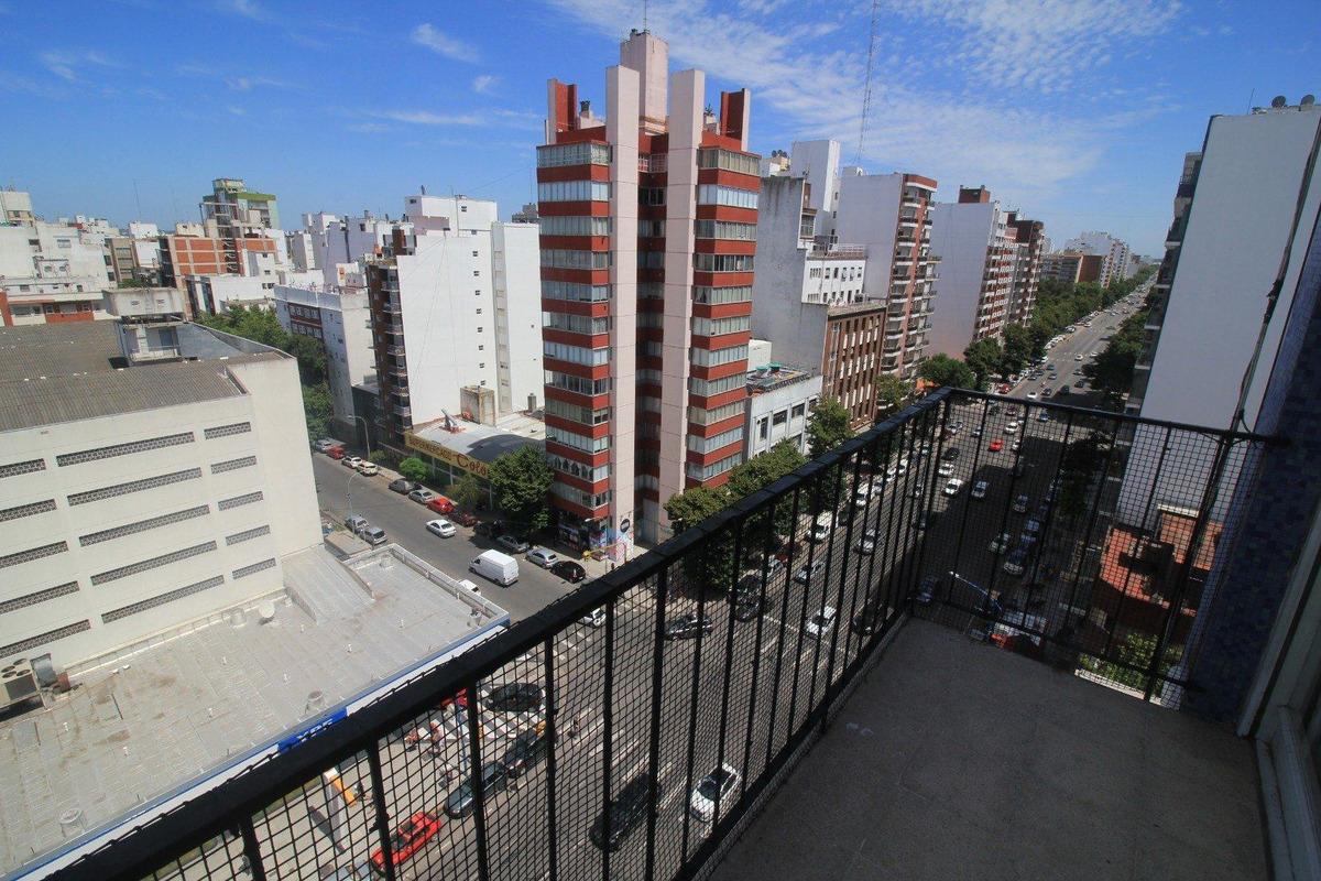 oportunidad!!! 2 ambientes frente automóvil club. 2 balcones.