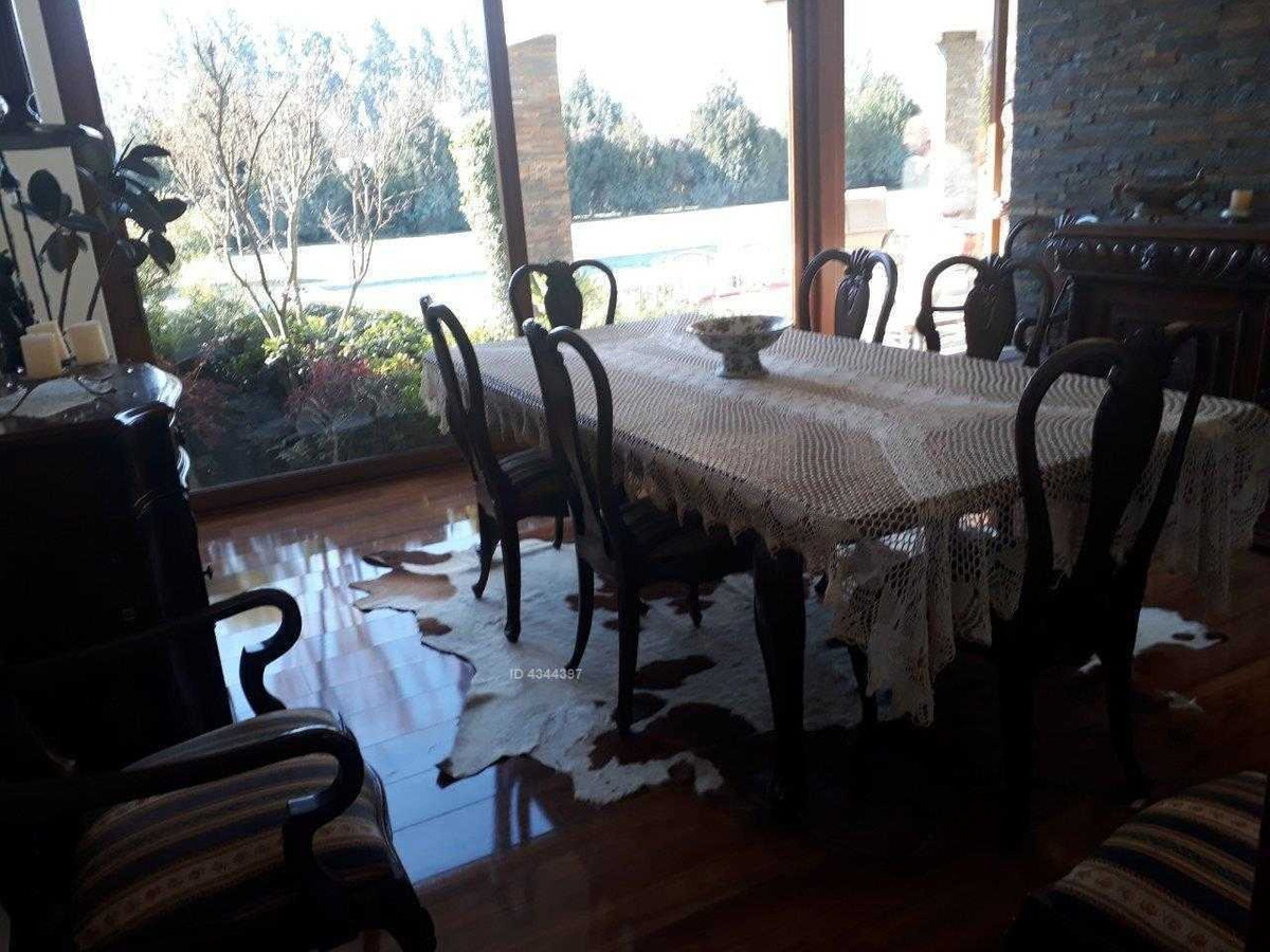 oportunidad / condominio consolidado / chicureo poniente / solida casa / gran paisajismo / 4 suites.