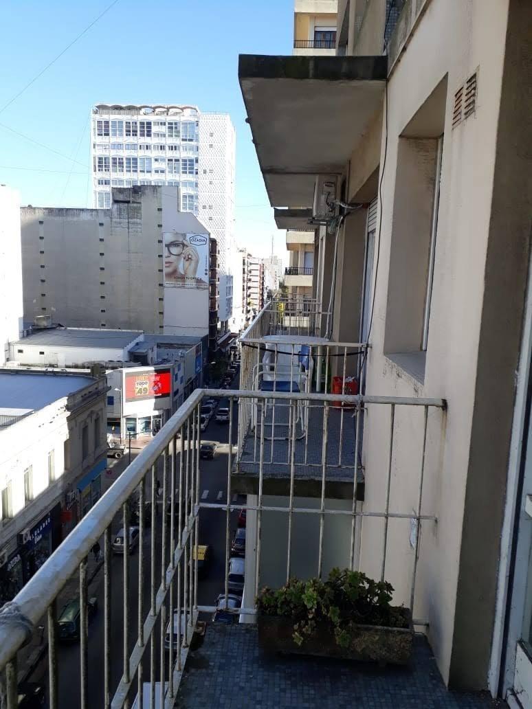 oportunidad! depto 1 amb a la calle, con balcón. centro